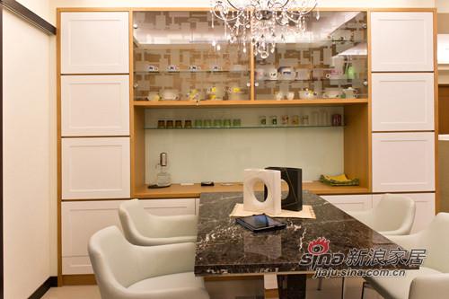 搭配玄關鞋櫃的色系,餐櫥櫃也以白色作為空