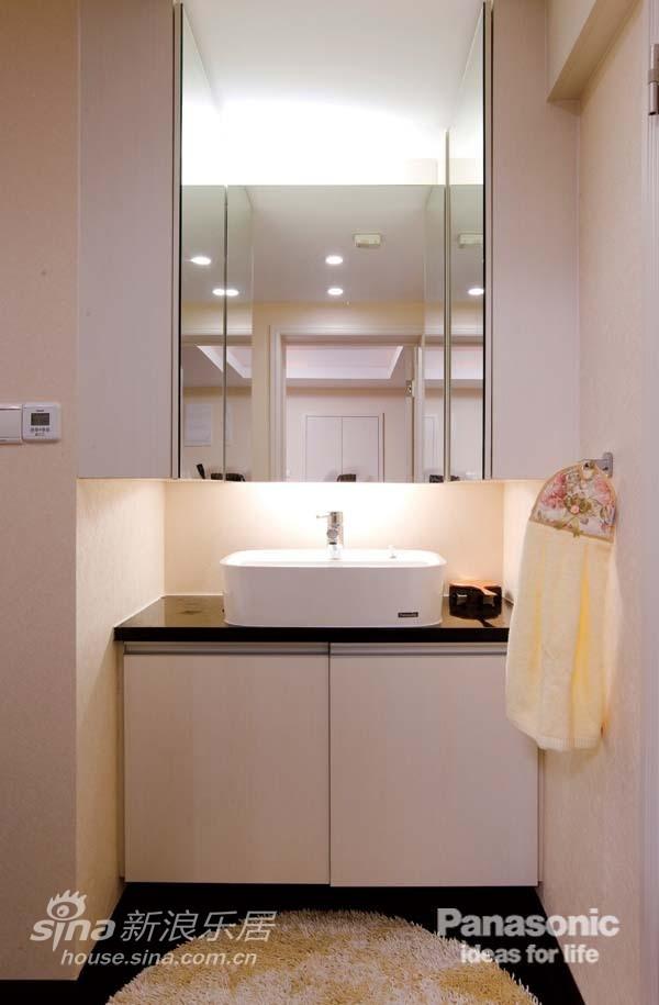 洗面台上的U型镜达到收纳及拉伸空间效果