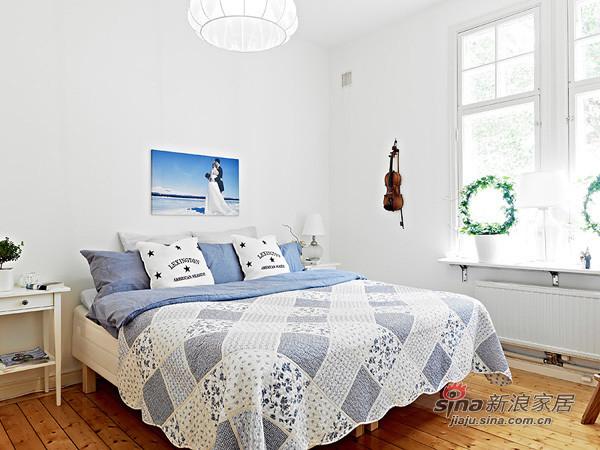 格子控的淡蓝色床单,光线和墙壁配合着柔和