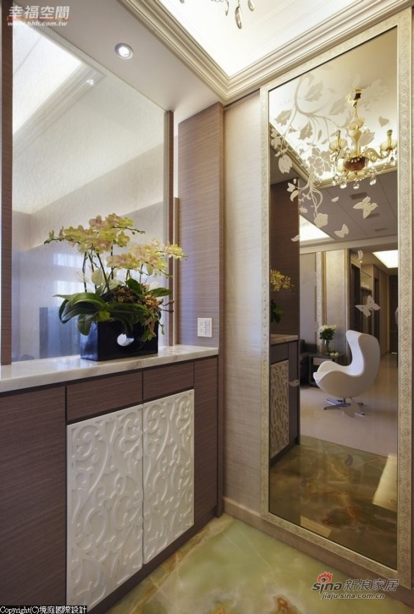 以夹纱玻璃、石材及雕花板规划引光半穿透隔