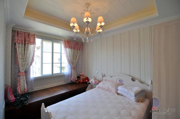 女儿房的童真,简洁的墙纸,粉色的窗帘,有
