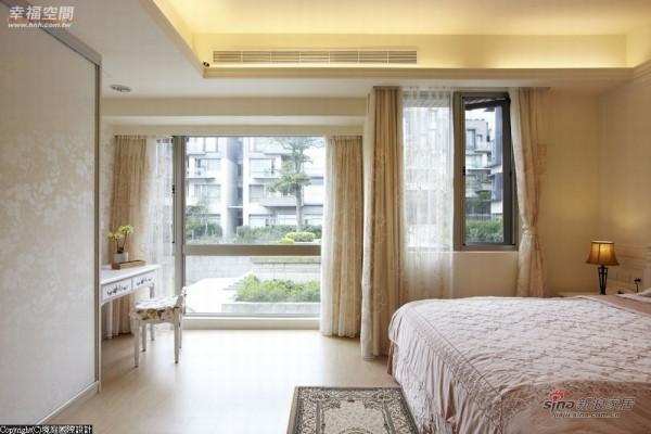 大片的落地玻璃,将户外绿荫景观导入床边