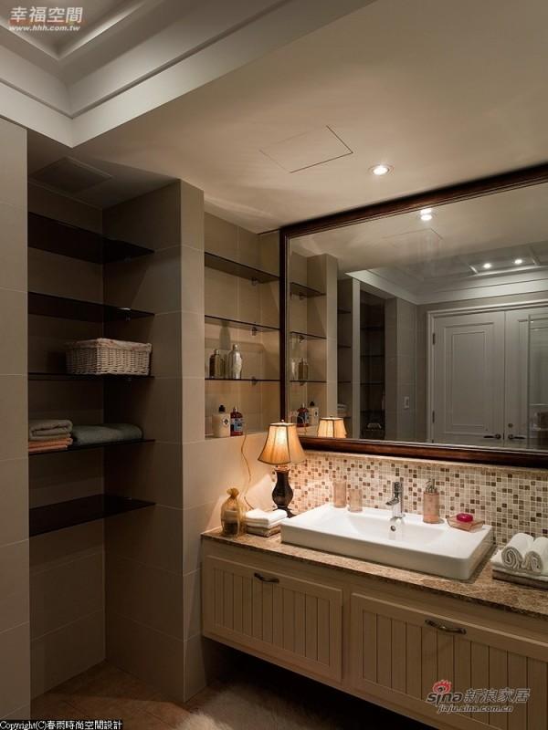 以马赛克磁砖及茶玻层架规划的内卫浴空间