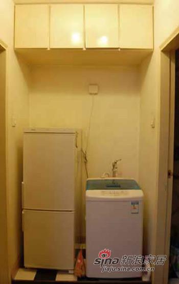 厨房和厕所门中间是洗衣区和冰箱去