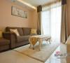 客厅空间以米色和咖啡色为主色调,整体简约