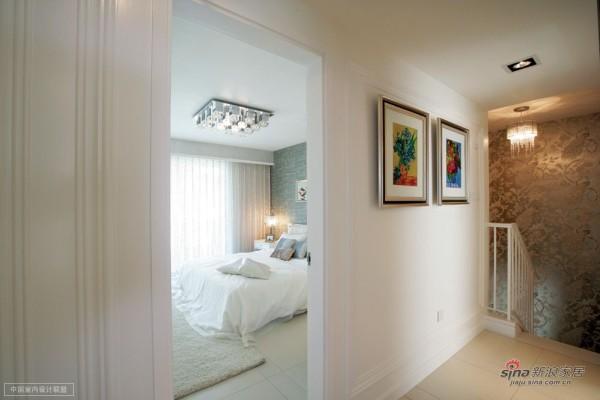 走廊到卧室的空间,走廊非常惬意简单,墙壁上的画册显得舒服而清雅