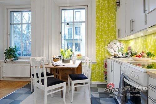 小小的开放式厨房,厨房淡绿色的墙纸让人顿