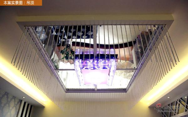 客厅天花的镜面设计,将空间的感官视觉上拉