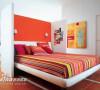 一道不乏私密性的隔断就这样打造了一个舒适的睡眠区,摆放一张双人床绰绰有余。侧门可以用来装饰或挂衣物