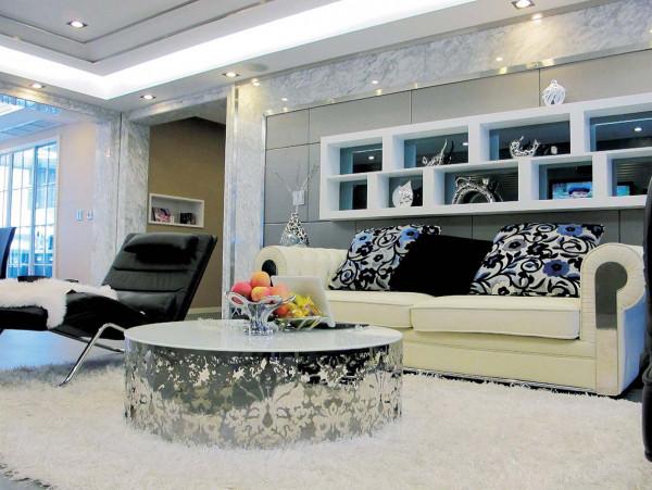 喜欢这个角度,舒服的躺椅,还有客厅的色彩