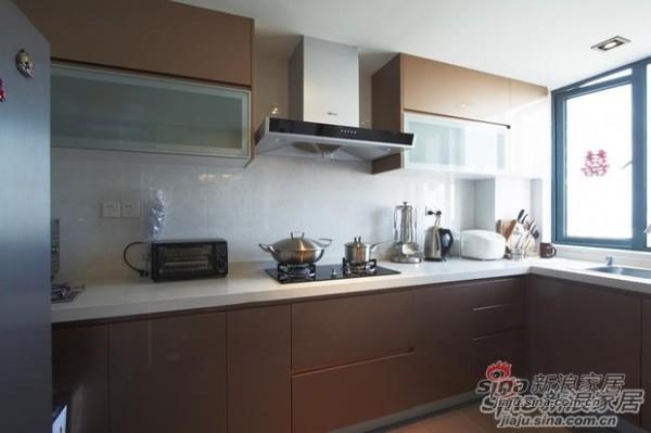 厨房橱柜色调跟整体风格搭配。