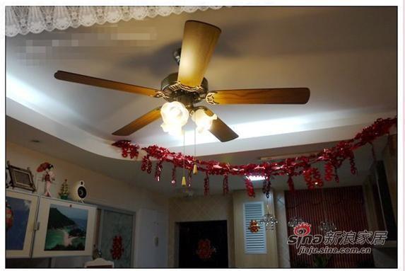 吊灯是风扇型的,古色古香