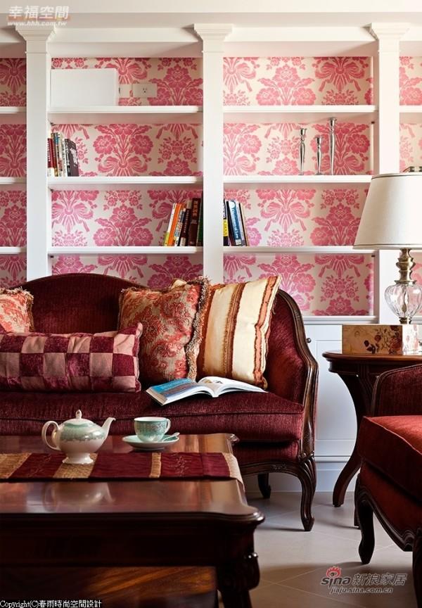 暗红绒布沙发后的大型层架兼具展示柜及书架