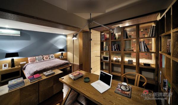 书桌是根据整体风格设计现场制作的,两面都