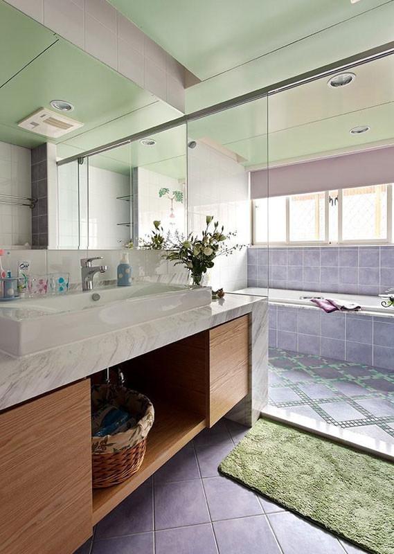 卫生间,依然以温馨的色调去搭配~绿色的铝扣板吊顶,加上浅色地砖~