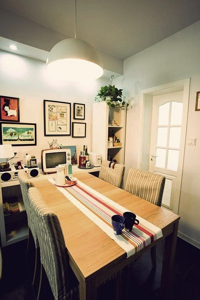 再过来就是这个餐厅啦,餐桌及椅子是宜家的,餐桌边上的小柜台显得非常精致,几幅墙画,LG的复古电视机,ipod的音箱。