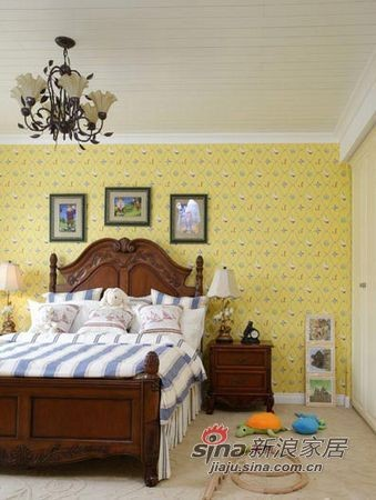 儿童卧室里,独特的蓝白条纹床单首先夺人眼
