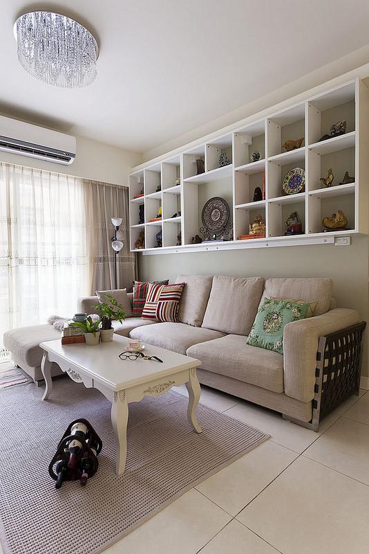 通过简易的壁挂橱柜作为简单的沙发背景墙。