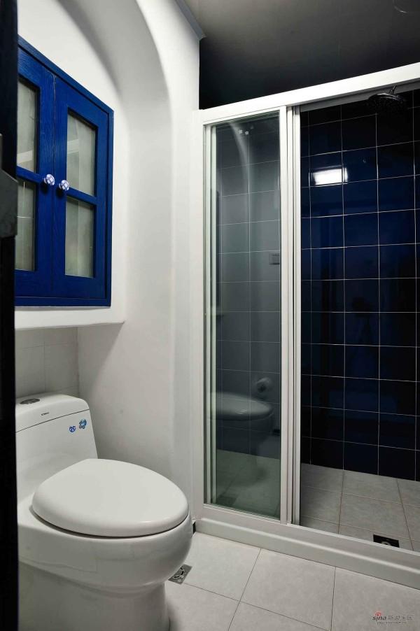 卫生间的布置以深蓝和白色搭配,典型的地中海风格,干净而舒服