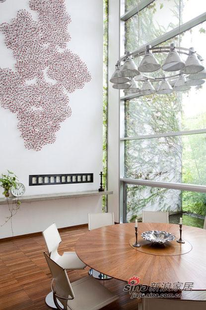 大落地窗边的小休闲区,墙上的贴纸很漂亮