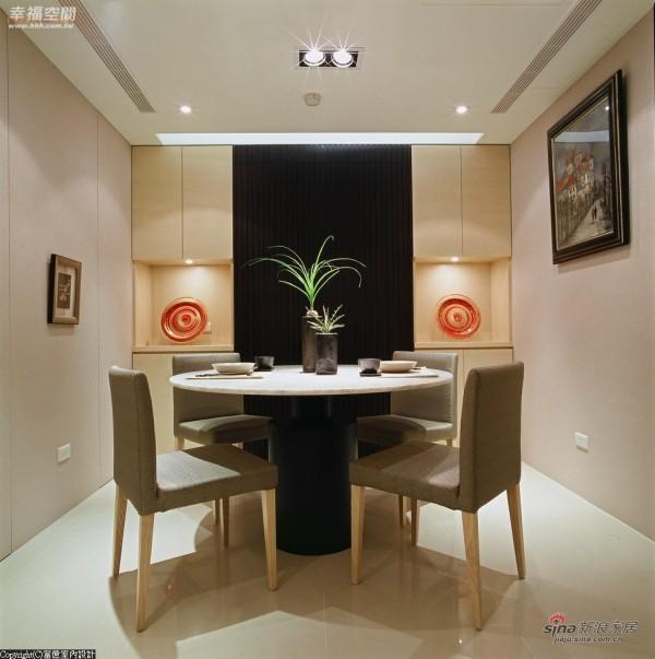 灯光、颜色对比,将餐厅的优雅宁静氛围勾勒