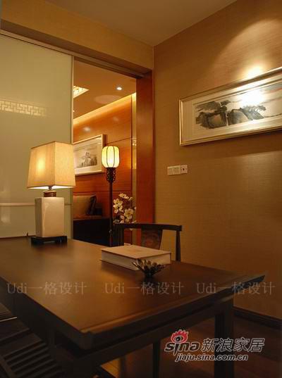 白色烤漆玻璃门扩展了空间调和了色彩