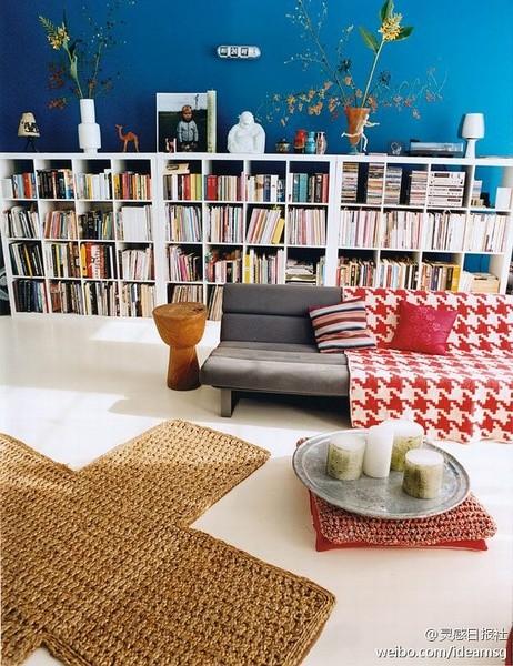 喜欢这个书柜,喜欢这个房间一切~地毯阿,地上的蜡烛阿。。。