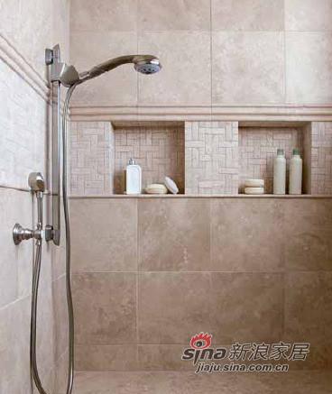 淋浴间墙上的凹入部分正好用来放肥皂盒香波