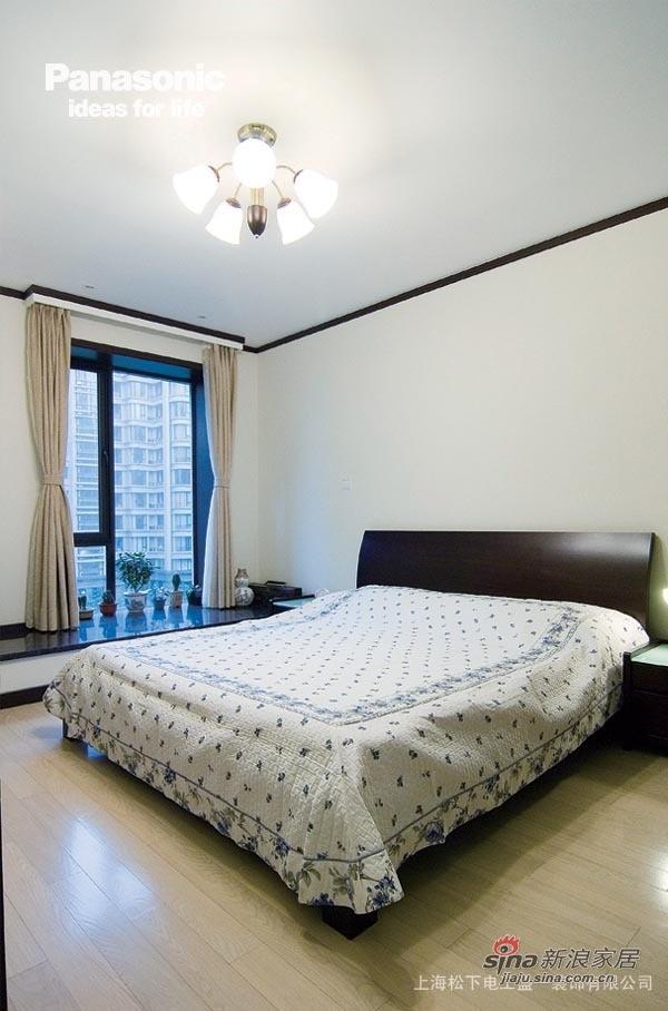 卧室的顶面角线让空间很精致