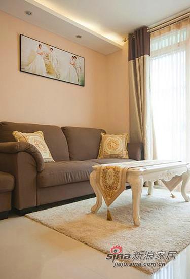白色纱帘让客厅的气质立刻得到提升