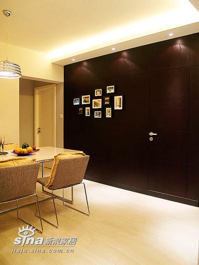 橡木染黑色墙面板,旁边是卫生间的隐藏门