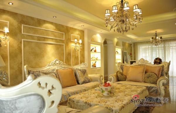 客厅搭配了非常精美的欧式家具,整个电视墙采用了马赛克造型,局部地区也采用了小拱形的设计。