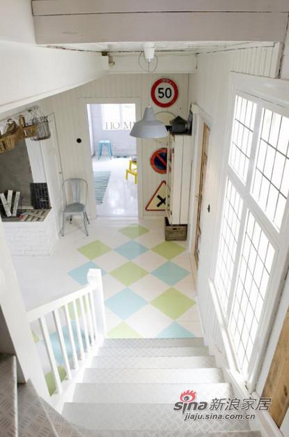 大扶梯,全白的简洁的装饰,很浪漫