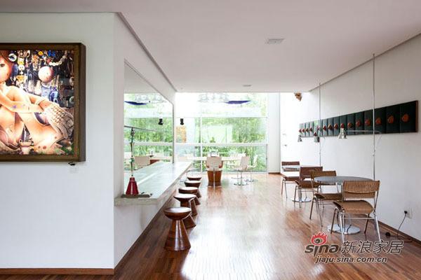 缩小客厅的使用坪数,加大餐厨区使之成为空间的设计重心