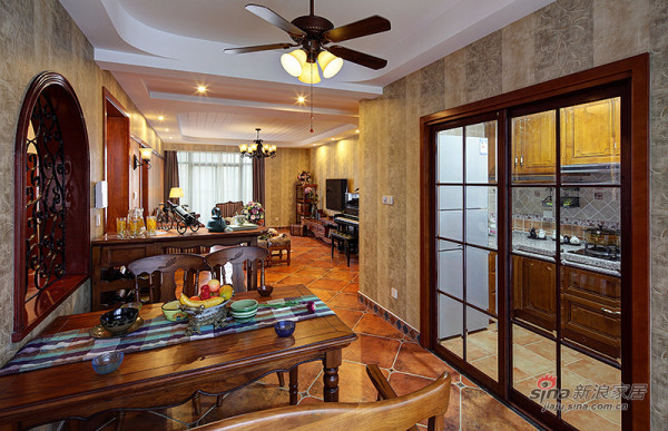 从餐厅看客厅!餐厅对面是厨房!实用方便