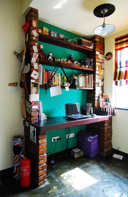 有点复古范~可以放些小摆件 书,既是书桌又是电脑桌