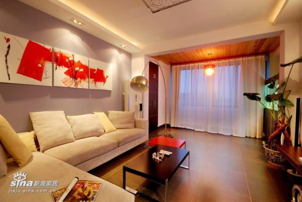蓝紫灰的沙发背景、红色点缀的抽象油画以白色射灯点缀显现处明快、强烈的视觉效果