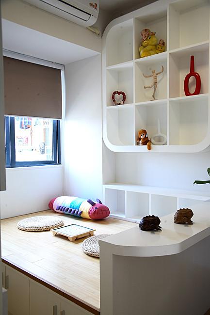 书房要达到兼作客房的目的,因此利用凸窗作了床,这个床也有1.2米乘2米了