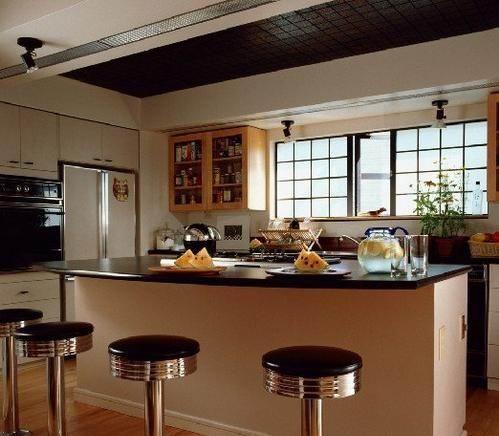 在现代家居装修中越来越流行,在客厅安装一个吧台,一方面可以用来休闲时候喝喝小酒,另一方面可以用来隔断客厅与餐厅,客厅与其它区域,所以客厅吧台装修效果图成为了客厅的又一道风景,客厅吧台装修效果图小而精,精而雅,让人美而观之