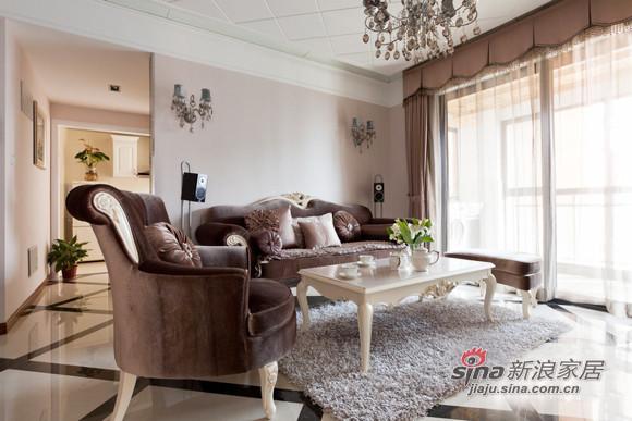 咖啡色的布艺沙发和浅咖色的地毯,这个