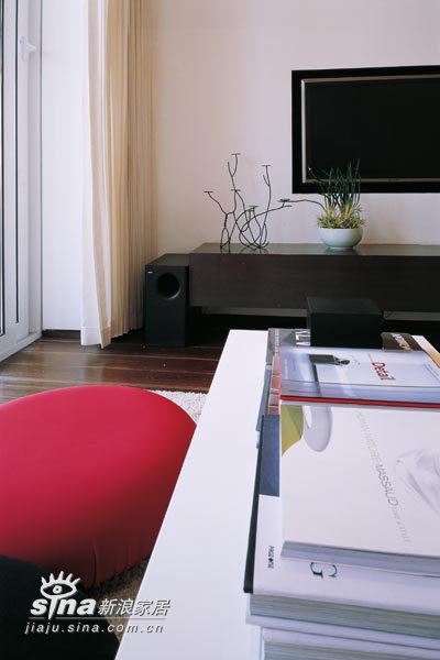 客厅里的红黑靠垫