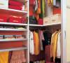 步入式衣橱内可以收纳很多衣物用品,充分利用了储物盒子和挂钩等物件