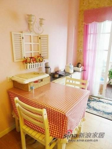 小小的餐桌就在客厅一角