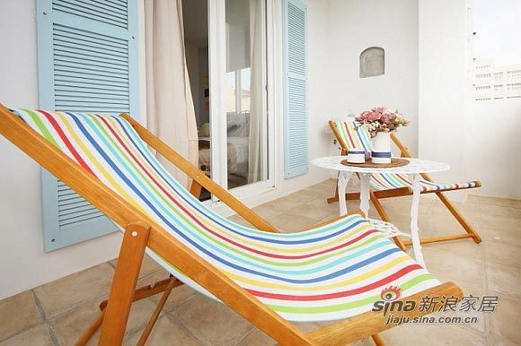阳台放上悠闲的沙滩椅,颜色鲜艳的躺椅