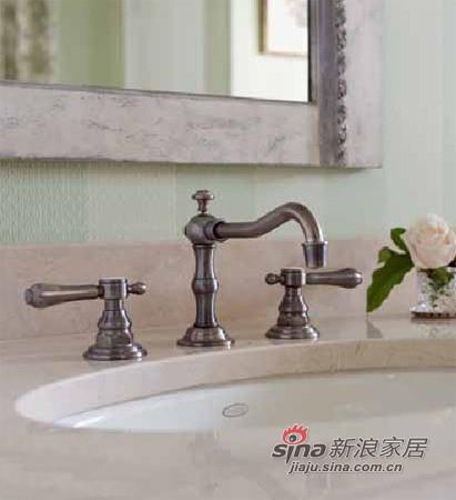 华丽的镍制龙头呼应了浴室中的古典情调。