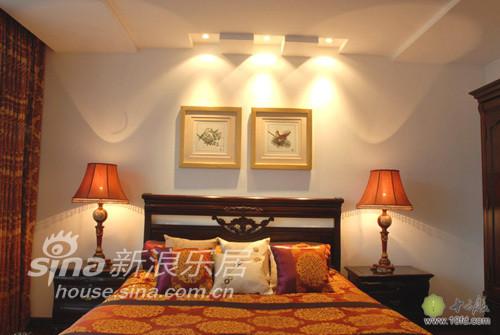 金色的铜钱床单,光鲜的红木家具