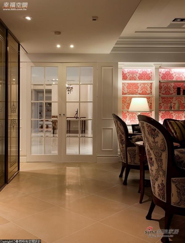 以白色烤漆与清玻璃设计对称展示柜