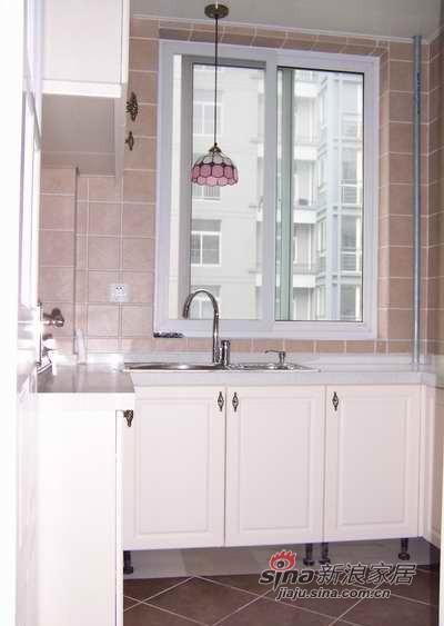 厨房水槽上的吊灯。