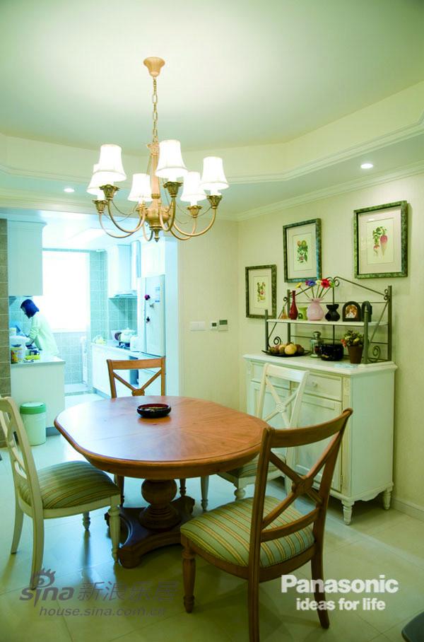 壁画以及田园风格的餐边柜让美式更有层次