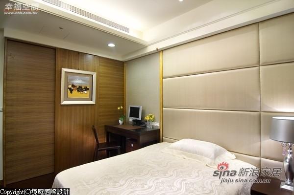 屋主母亲房间以浅色壁布造型铺陈主墙面